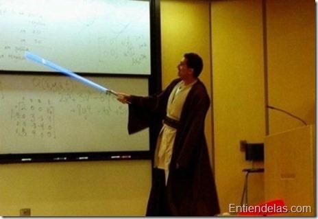 profesor-universidad-carnaval-jedi-laser-apunta-pizarra