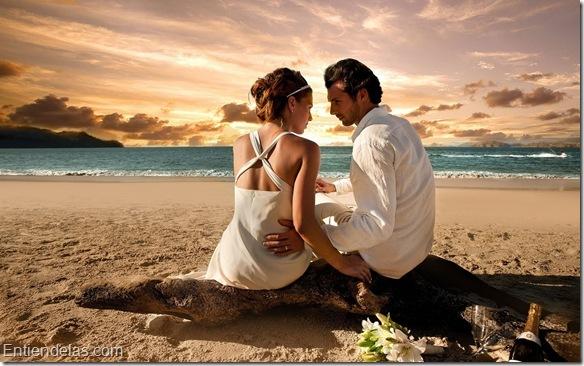 couple-in-love-pareja-de-enamorados-junto-al-mar-2.jpg