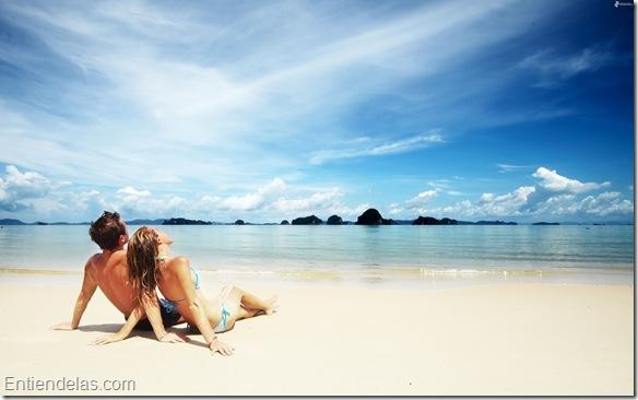 imagenes.4ever.eu-pareja-playa-arena-mar-cielo-nubes-167991.jpg