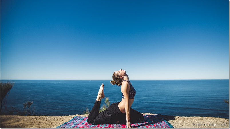 mujer-yoga-mar-salud-paz