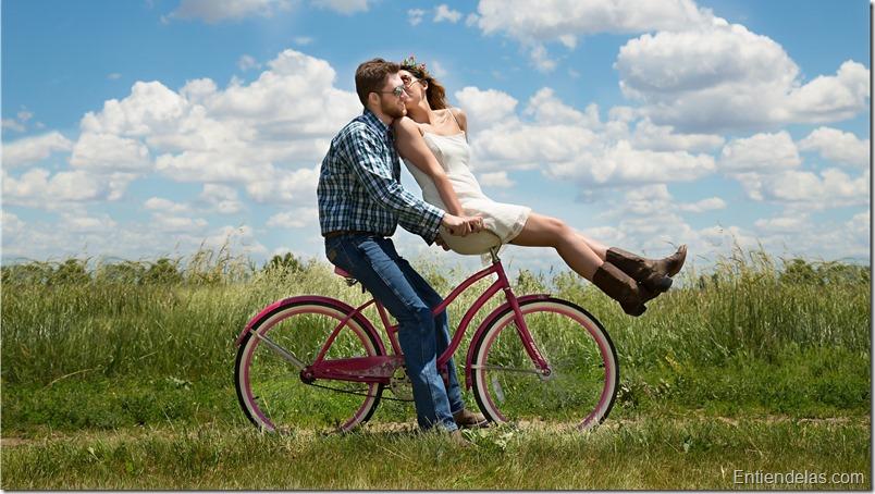 pareja-feliz-bicicleta